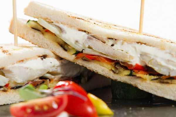 Premium club sendvič s dimljenom ribom, povrćem i sirom