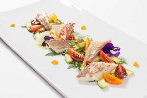 Salata od dimljene ribe, avokada, rikule i mini rajčica